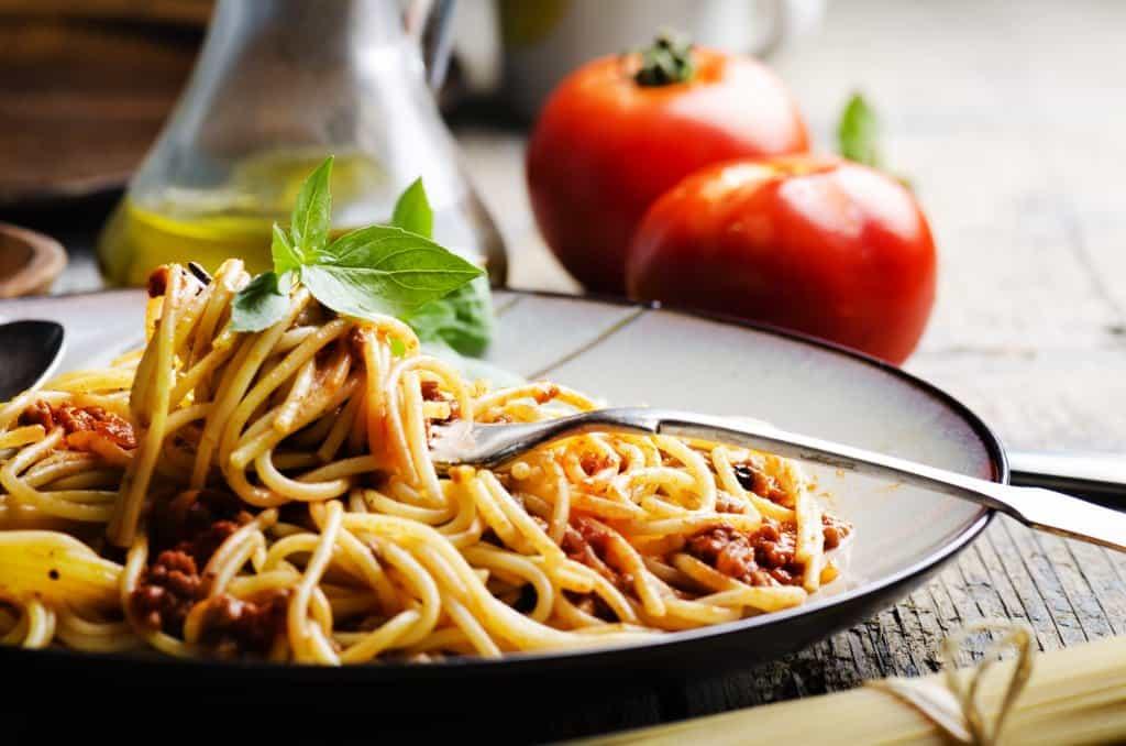 Plato con spaghetti a la bolognesa